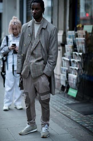 Comment porter: pardessus à carreaux gris, blazer à carreaux gris, pull à col roulé blanc, pantalon cargo gris