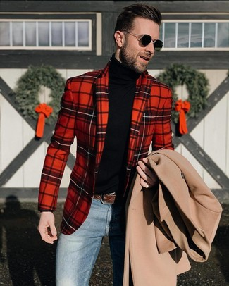 Comment porter: pardessus beige, blazer écossais rouge, pull à col roulé noir, jean bleu
