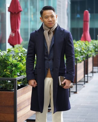 Comment porter: pardessus bleu marine, blazer en laine bleu marine, pull à col roulé marron clair, pantalon de costume blanc