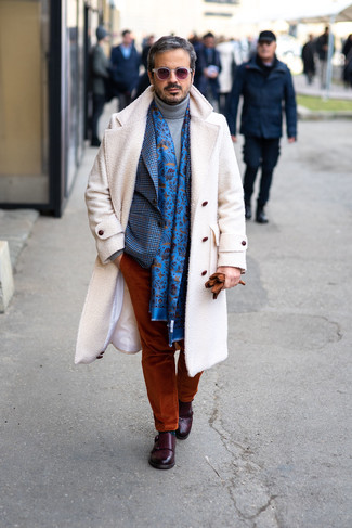 Comment porter: pardessus blanc, blazer en vichy bleu, pull à col roulé en laine gris, pantalon chino en velours côtelé tabac