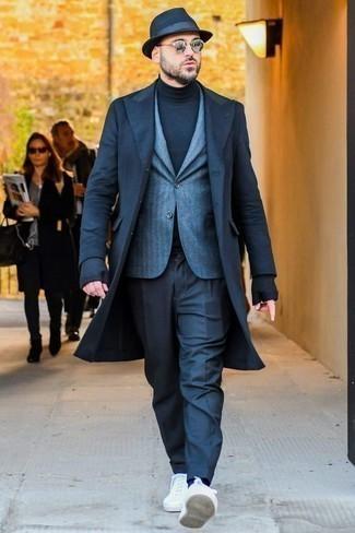 Comment porter un pull à col roulé: Porte un pull à col roulé et un pantalon de costume bleu marine pour une silhouette classique et raffinée. Si tu veux éviter un look trop formel, assortis cette tenue avec une paire de des baskets basses en toile blanches.