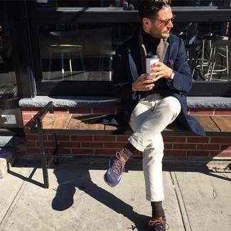 Comment porter une montre en cuir marron foncé: Un pardessus bleu marine et une montre en cuir marron foncé sont une tenue avisée à avoir dans ton arsenal. Tu veux y aller doucement avec les chaussures? Complète cet ensemble avec une paire de chaussures de sport bleu marine pour la journée.