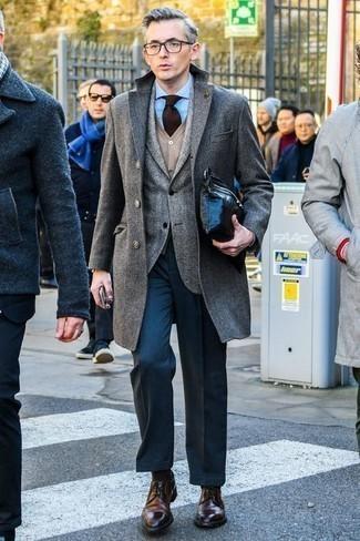 Comment porter une chemise de ville avec un blazer: Essaie d'harmoniser un blazer avec une chemise de ville pour un look classique et élégant. Une paire de des chaussures derby en cuir marron foncé s'intégrera de manière fluide à une grande variété de tenues.