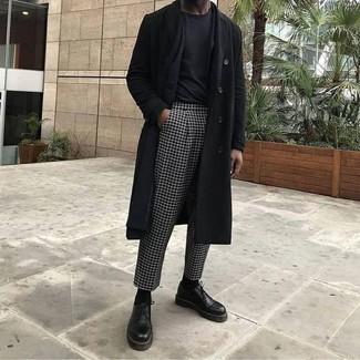 Comment porter: pardessus noir, blazer noir, t-shirt à col rond noir, pantalon de costume à carreaux noir et blanc