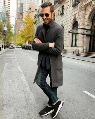 Comment porter: pardessus gris foncé, blazer bleu marine, t-shirt à col rond noir, jean bleu marine