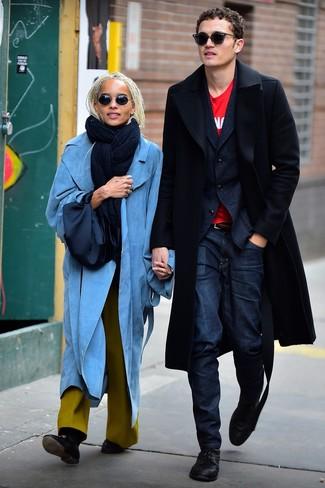 Comment porter: pardessus noir, blazer en laine bleu marine, t-shirt à col rond imprimé rouge, jean bleu marine