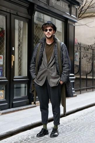 Comment porter une écharpe olive: Pour une tenue aussi confortable que ton canapé, harmonise un pardessus à chevrons noir et blanc avec une écharpe olive. D'une humeur créatrice? Assortis ta tenue avec une paire de des chaussures derby en cuir noires.