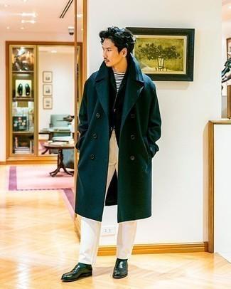 Comment porter un blazer vert foncé: Pense à harmoniser un blazer vert foncé avec un pantalon chino blanc pour créer un look chic et décontracté. Transforme-toi en bête de mode et fais d'une paire de des slippers en cuir vert foncé ton choix de souliers.
