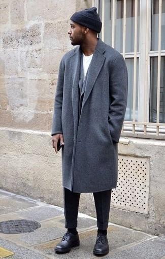 Comment s'habiller quand il fait froid: Harmonise un pardessus gris avec un pantalon de costume gris foncé pour un look classique et élégant. Si tu veux éviter un look trop formel, choisis une paire de chaussures derby en cuir noires.