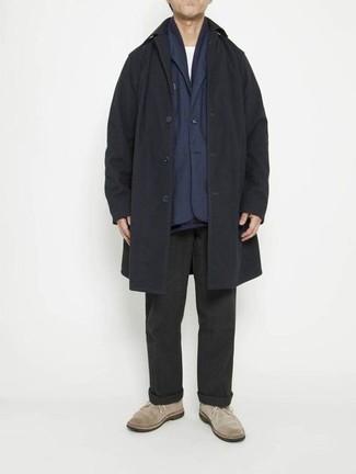Comment s'habiller en hiver: Pense à opter pour un pardessus noir et un pantalon chino noir pour créer un look chic et décontracté. D'une humeur créatrice? Assortis ta tenue avec une paire de bottines chukka en daim beiges. C'est un look parfait pour être tout à fait tendance cet hiver.