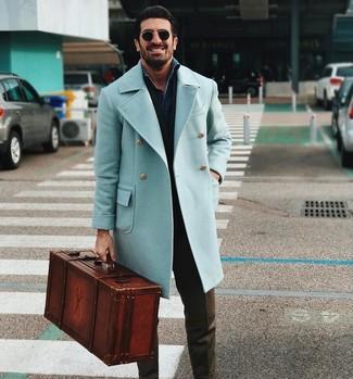 Comment porter: pardessus bleu clair, chemise en jean bleu marine, pantalon de costume olive