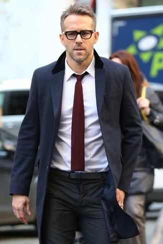 Comment porter: pardessus bleu marine, chemise de ville blanche, pantalon de costume noir, cravate en tricot bordeaux