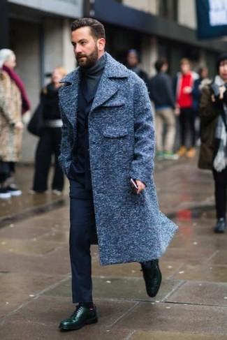 Comment porter: pardessus bleu marine, costume bleu marine, pull à col roulé gris foncé, chaussures derby en cuir vert foncé