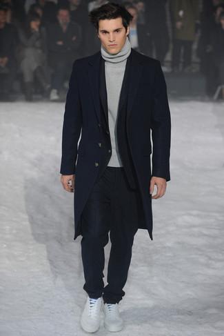 Comment porter: pardessus bleu marine, costume noir, pull à col roulé gris, baskets basses blanches