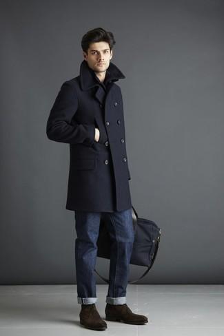 Comment porter des bottines chukka en daim marron foncé: Harmonise un pardessus bleu marine avec un jean bleu marine si tu recherches un look stylé et soigné. Jouez la carte décontractée pour les chaussures et choisis une paire de des bottines chukka en daim marron foncé.