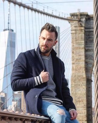 Comment porter: pardessus bleu marine, pull à col rond à rayures horizontales bleu marine et blanc, jean skinny déchiré bleu clair