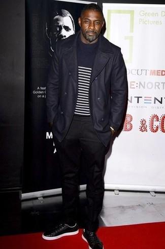 Tenue de Idris Elba: Pardessus bleu marine, Pull à col rond à rayures horizontales bleu marine et blanc, Pantalon chino noir, Baskets basses en cuir noires