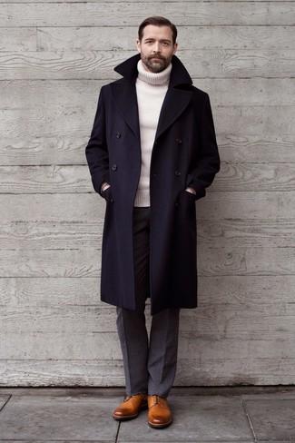 Comment porter un pull à col roulé en laine blanc: Opte pour un pull à col roulé en laine blanc avec un pantalon de costume en laine gris pour un look pointu et élégant. Une paire de des chaussures derby en cuir marron clair s'intégrera de manière fluide à une grande variété de tenues.