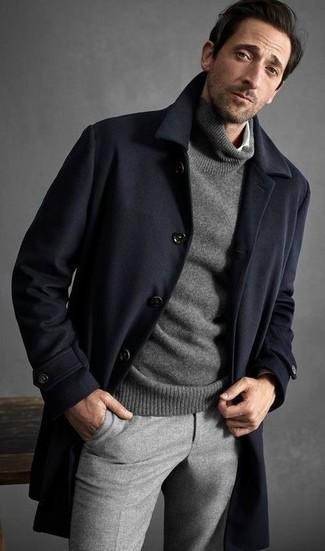 Comment porter: pardessus bleu marine, pull à col roulé gris, chemise à manches longues blanche, pantalon de costume en laine gris