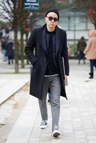 Comment porter un bonnet noir: Pour une tenue aussi confortable que ton canapé, pense à porter un pardessus noir et un bonnet noir. Cet ensemble est parfait avec une paire de des baskets basses en toile bleues.