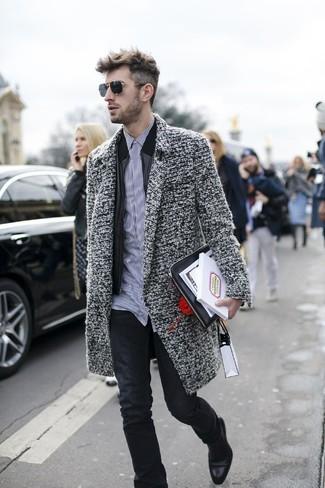 Comment porter: pardessus gris, blouson aviateur en cuir noir, chemise de ville à rayures verticales blanche et noire, jean noir