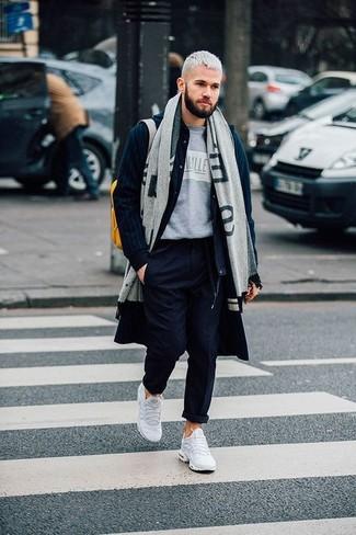 Comment porter: pardessus bleu marine, blouson aviateur en laine bleu marine, t-shirt à col rond imprimé gris, pantalon chino bleu marine