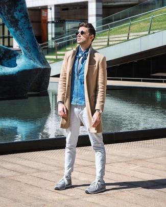 Comment porter: pardessus marron clair, blouson aviateur en denim bleu, t-shirt à col rond blanc, pantalon chino blanc