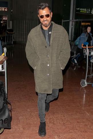 Comment porter: pardessus en polaire olive, blouson aviateur noir, t-shirt à col rond gris foncé, jean skinny gris foncé