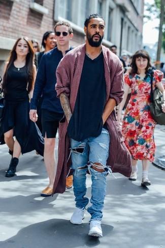 Comment porter: pardessus bordeaux, pull à col en v noir, jean déchiré bleu clair, baskets basses blanches