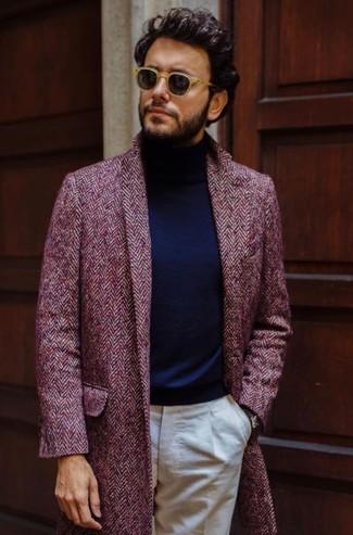 Comment porter: pardessus à chevrons bordeaux, pull à col roulé bleu marine, pantalon de costume beige, lunettes de soleil marron clair