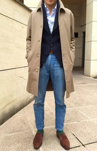 Comment porter: pardessus marron clair, cardigan à col châle noir, chemise de ville à rayures verticales bleu clair, jean bleu