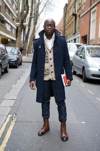 Comment porter: pardessus bleu marine, cardigan à col châle beige, chemise de ville blanche, jean bleu marine