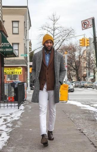 Comment porter: pardessus à chevrons gris, cardigan à col châle marron, chemise en jean bleue, jean blanc