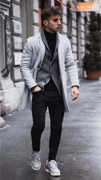 Comment porter: pardessus gris, cardigan à col châle gris foncé, pull à col roulé noir, jean skinny noir