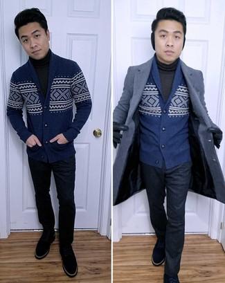 Tenue: Pardessus bleu marine, Cardigan à col châle en jacquard bleu marine, Pull à col roulé gris foncé, Pantalon de costume bleu marine
