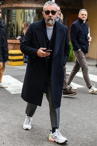 Comment porter des chaussettes noires: Choisis pour le confort dans un pardessus bleu marine et des chaussettes noires. Si tu veux éviter un look trop formel, opte pour une paire de des chaussures de sport blanches.