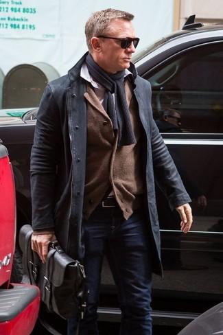 Tenue de Daniel Craig: Pardessus noir, Cardigan marron, Chemise à manches longues blanche, Jean bleu marine