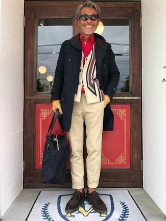 Comment porter: pardessus noir, cardigan imprimé multicolore, chemise à manches longues rouge, t-shirt à col rond blanc