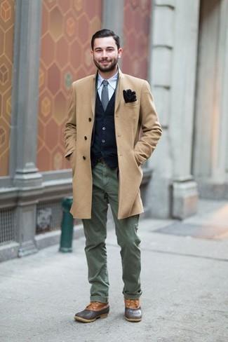 Comment porter: pardessus marron clair, cardigan bleu marine, chemise à manches longues bleu clair, pantalon chino olive