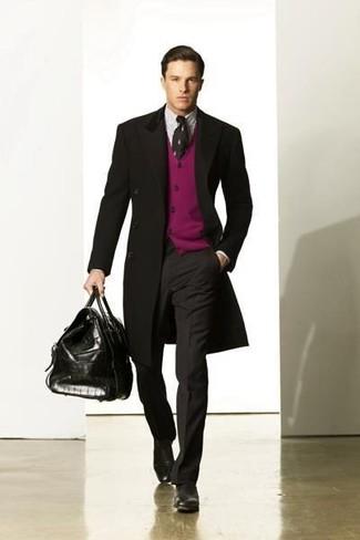 Comment porter: pardessus noir, cardigan pourpre, chemise de ville à rayures verticales blanche, pantalon de costume gris foncé