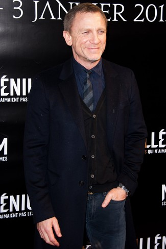 Tenue de Daniel Craig: Pardessus bleu marine, Cardigan noir, Chemise de ville bleu marine, Jean bleu marine