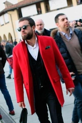 Comment porter: pardessus rouge, cardigan noir, chemise de ville blanche, pantalon de costume bleu marine