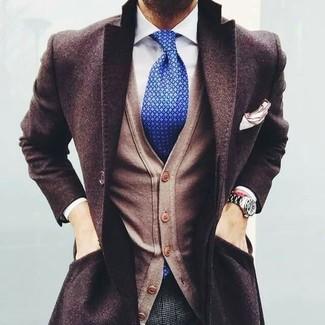 Comment porter: pardessus marron foncé, cardigan marron clair, chemise de ville blanche, pantalon de costume en laine à carreaux gris