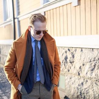 Comment porter: pardessus marron clair, cardigan bleu marine, chemise de ville bleu clair, pantalon de costume à chevrons marron