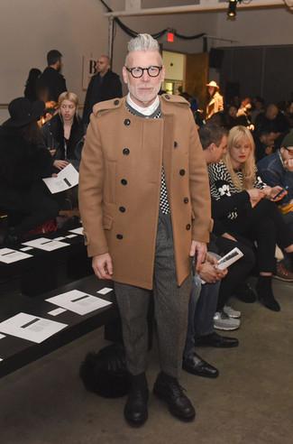 Tenue de Nick Wooster: Pardessus marron clair, Cardigan à carreaux noir et blanc, Chemise de ville blanche, Pantalon de costume en laine à chevrons gris