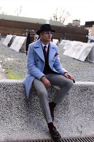 Comment porter: pardessus bleu clair, cardigan marron foncé, chemise de ville blanche, pantalon de costume gris