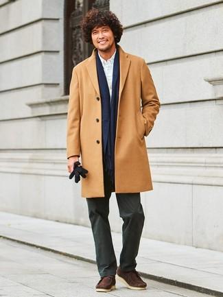 Comment porter: pardessus marron clair, cardigan gris, chemise de ville à carreaux blanche, pantalon chino noir