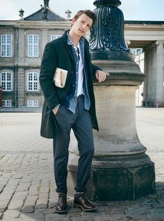 Comment porter: pardessus écossais gris foncé, cardigan bleu marine, chemise en jean bleue, t-shirt à col rond blanc