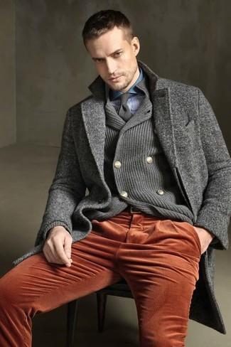 Comment porter un cardigan croisé: Pour une tenue de tous les jours pleine de caractère et de personnalité pense à marier un cardigan croisé avec un jean en velours côtelé orange.