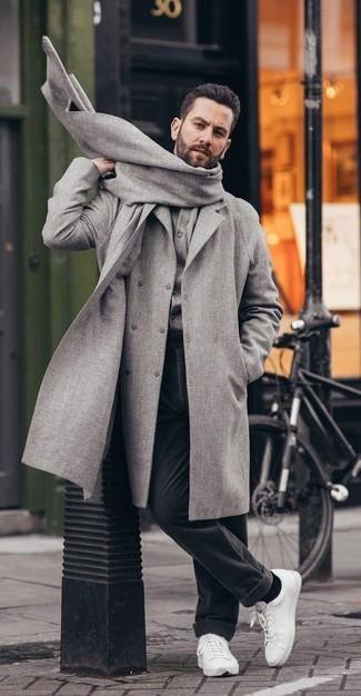 Comment porter: pardessus gris, cardigan gris, pantalon de costume en laine noir, baskets basses en cuir blanches